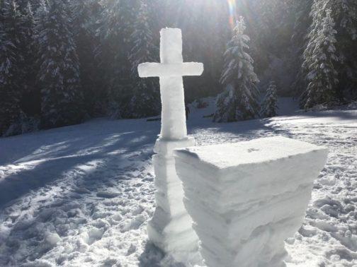 Autel et croix en neige pour la messe au sommet