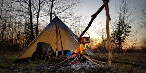Campement avec un tarp en guise de tente.